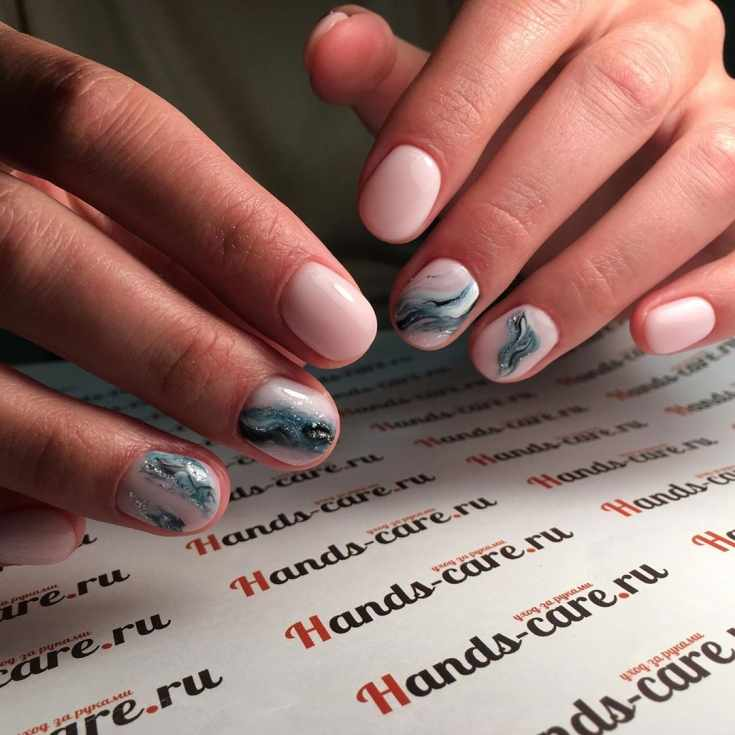 Светло-розовый маникюр на короткие овальные ногти с акварельным дизайном с блестками