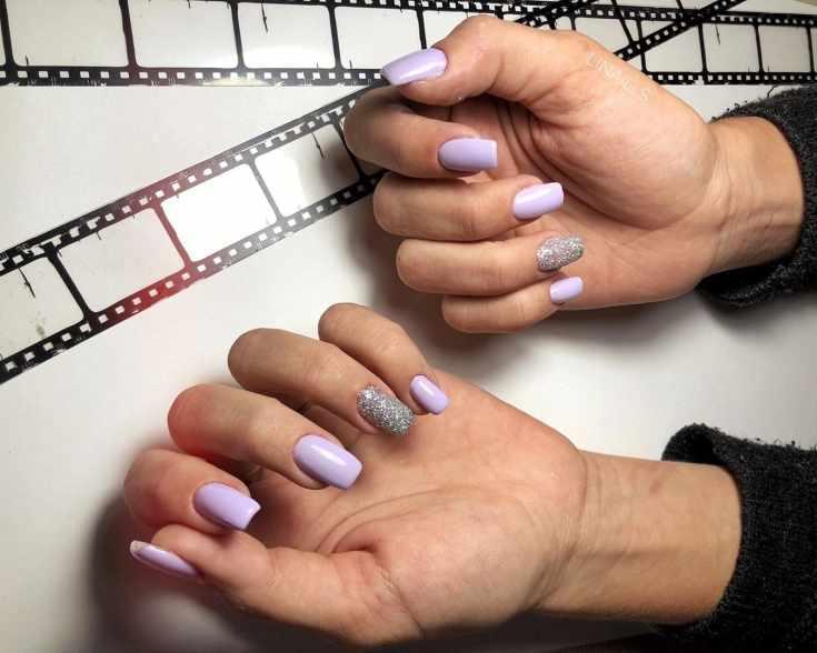 Сиреневый маникюр на квадратные ногти средней длины с серебристыми безымянными ногтями