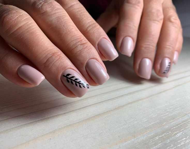 Однотонный бежевый маникюр квадрат средней длины с веточкой черного цвета на безымянном пальце