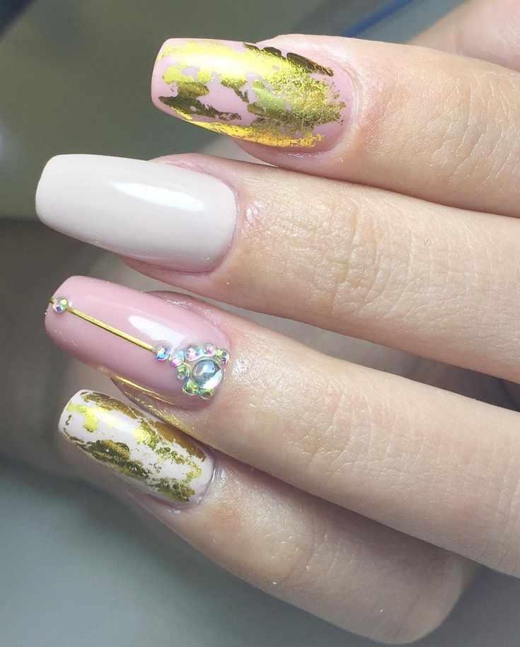 Маникюр в розовых тонах на длинных квадратных ногтях с золотыми полосками и фольгой со стразами и жидким камнем