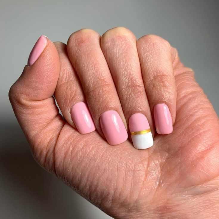 Розовый с белым квадратный короткий маникюр с горизонтальной золотой полоской