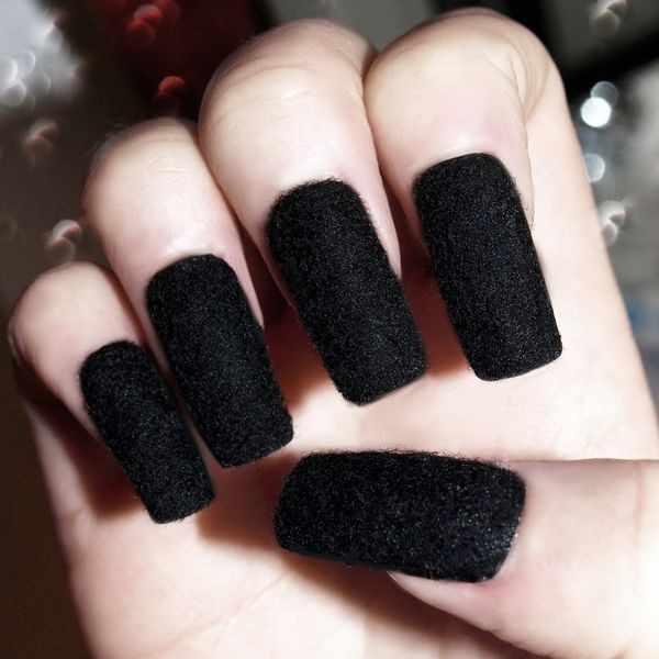дизайн бархатных ногтей чёрный velvet nail design