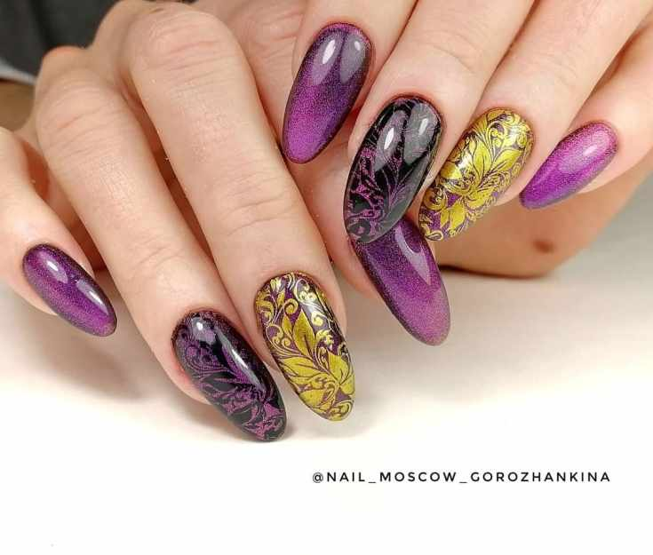 Фиолетово-черный маникюр кошачий глаз на длинные миндальные ногти с золотыми и фиолетовыми вензелями