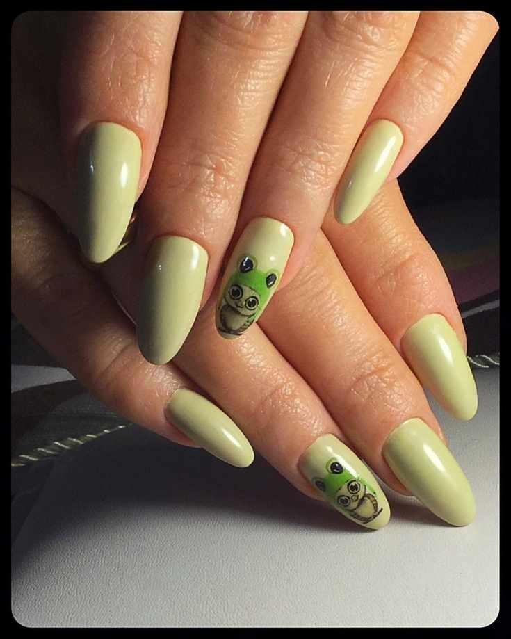 Маникюр цвета авокадо на длинные миндальные ногти с кавайными наклейками на безымянных ногтях