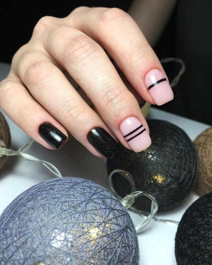 Нюдовый с блестящим чёрным маникюр на короткие квадратные ногти с черными полосками на нюдовом