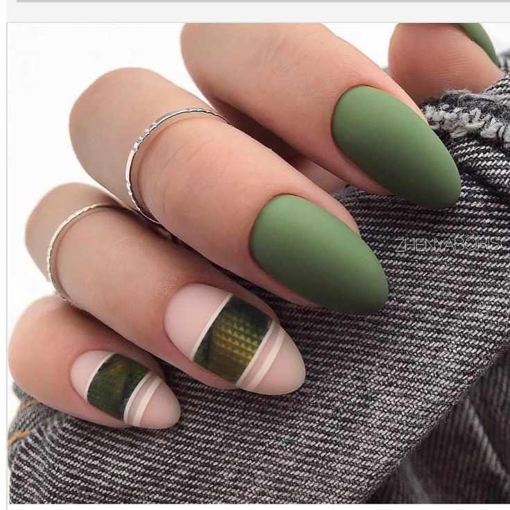 Матовый зелёный с нюдовым короткий овальный маникюр с горизонтальными полосками