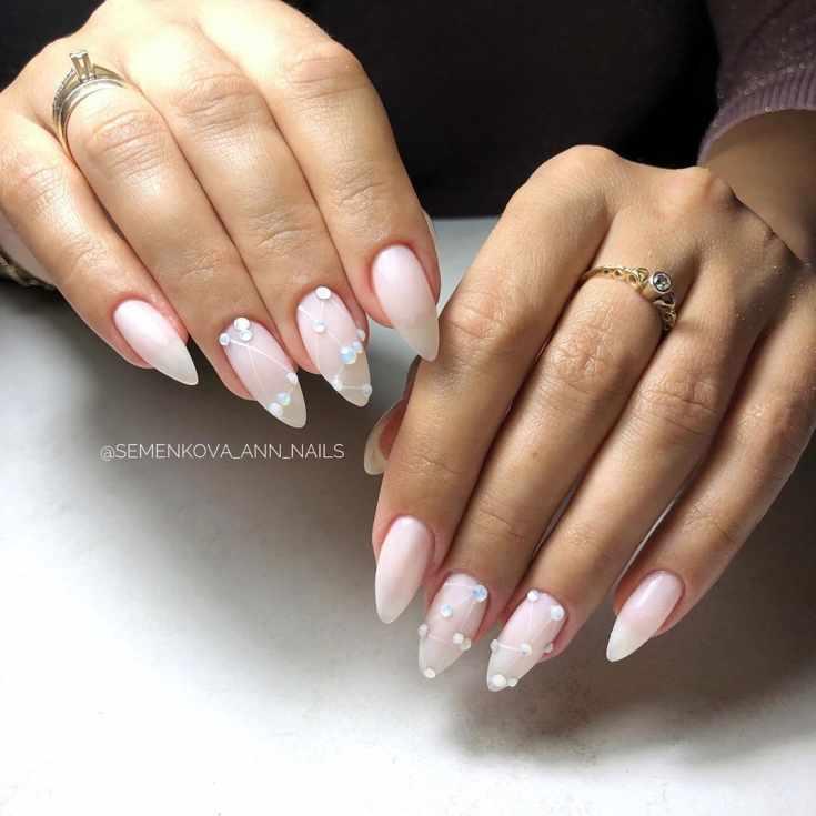 Молочный белый свадебный маникюр на длинные острые ногти с капельками и полосками гель-лака и стразами