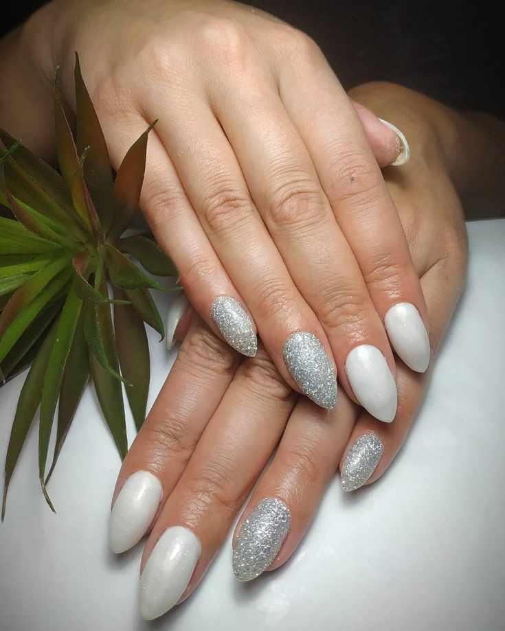 Белый перламутровый маникюр с серебристыми блестками на длинные острые ногти