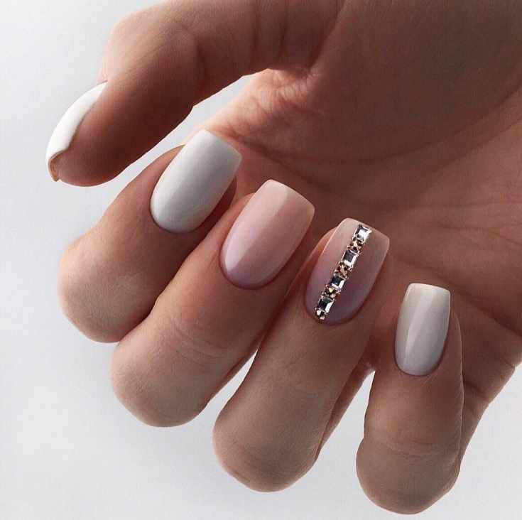 Белый с розовым маникюр на короткие ногти квадратной формы с вертикальной полоской из квадратных страз
