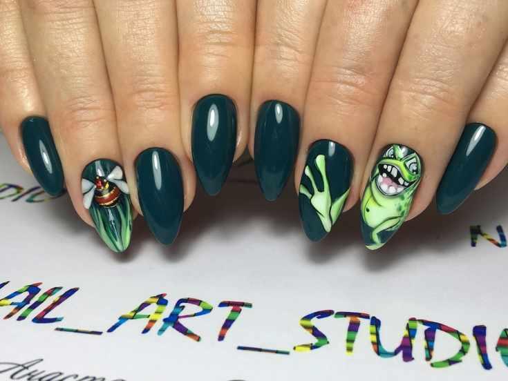 Темно зеленый маникюр на длинный миндаль с рисунками пчелы и лягушки идущей по ногтям