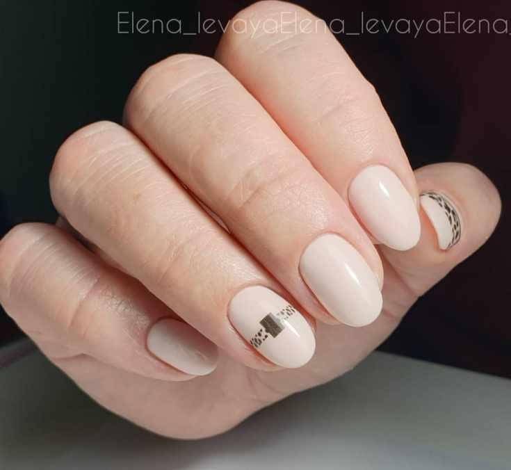 Светло бежевый маникюр на короткие овальные ногти с леопардовым дизайном на двух ногтях