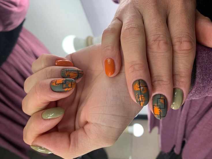 Осенний маникюр цвета хаки с оранжевым на короткие овальные ногти с геометрическими рисунками и медной фольгой