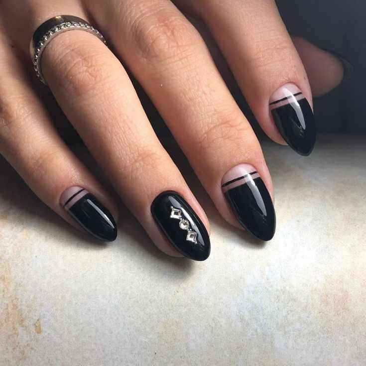 Черный с нюдовым маникюр с прозрачными лунками, вертикальными полосками и тремя стразами на безымянном пальце