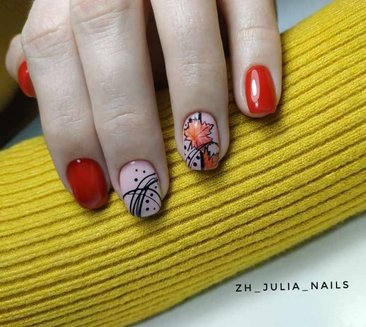 Красный с молочным белым маникюр осень на короткие квадратные ногти с черными полосками гель-лака и кленовыми листочками