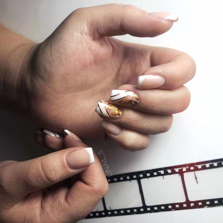 Белый маникюр осенний френч с золотистыми лентами и фольгой на средние квадратные ногти