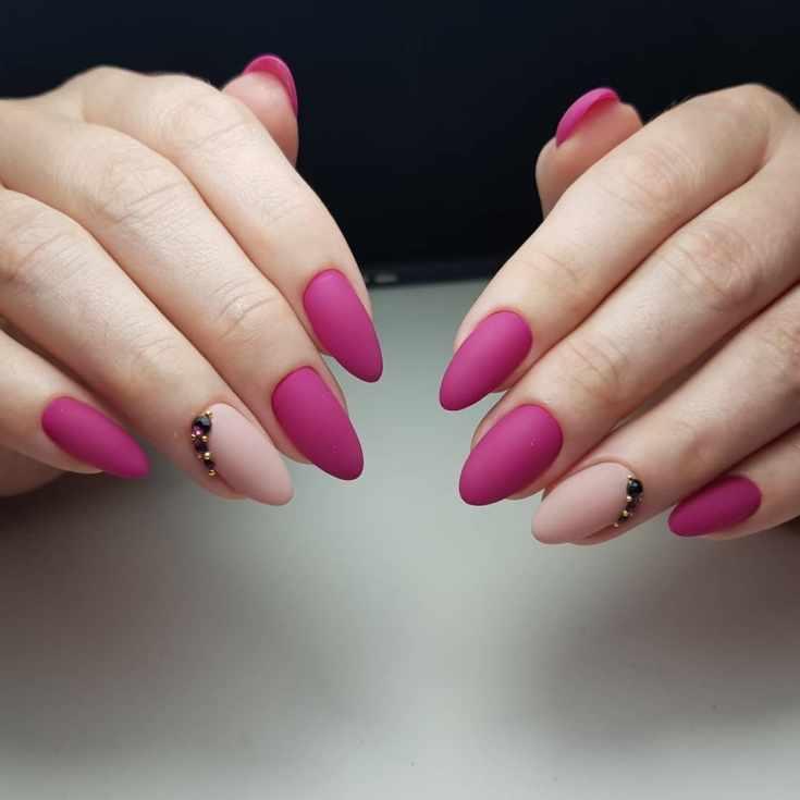 Розовый с бежевым матовый маникюр с полоской страз на безымянных пальцах
