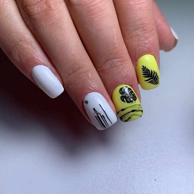 Желтый с белым короткий квадратный маникюр с полосками гель-лака, стразами и наклейками
