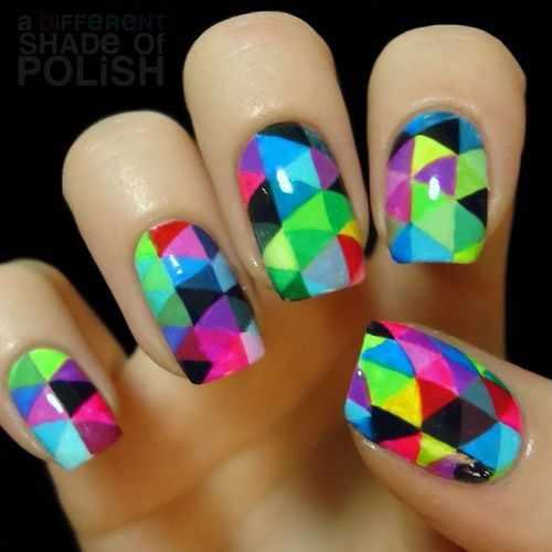 геометрический дизайн ногтей разноцветные маленькие треугольники