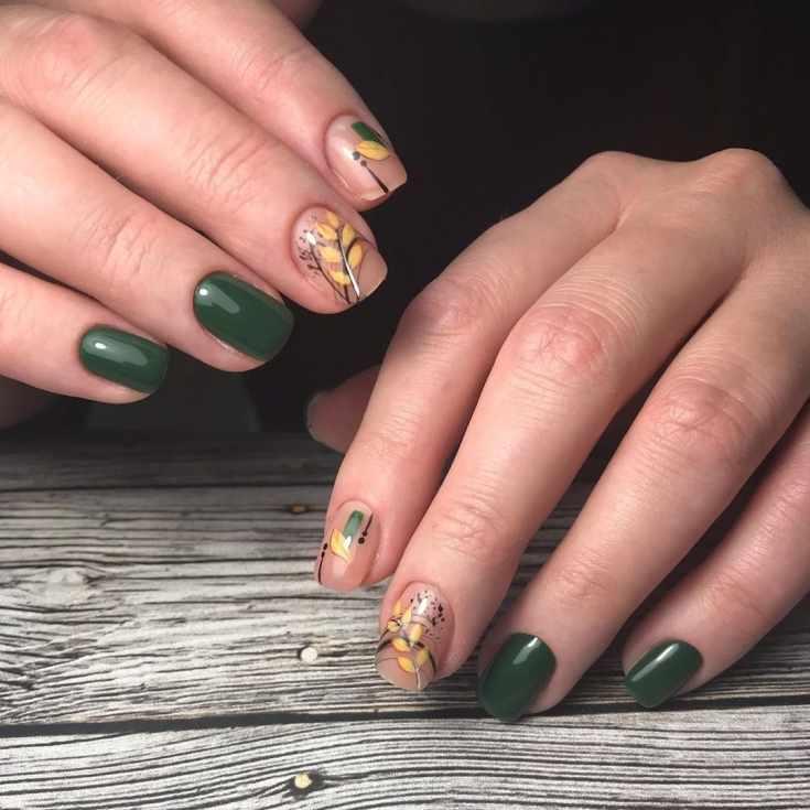 Зелёный с нюдовым осенний маникюр на короткие квадратные ногти с тематическими рисунками и полосками гель-лака