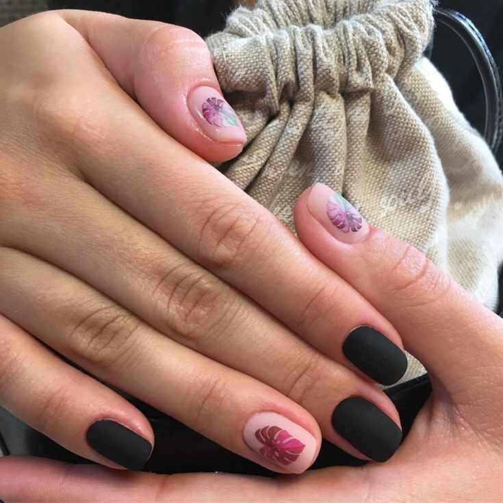 Черный и нюдовый матовый маникюр короткий квадрат с наклейками на нюдовых ногтях