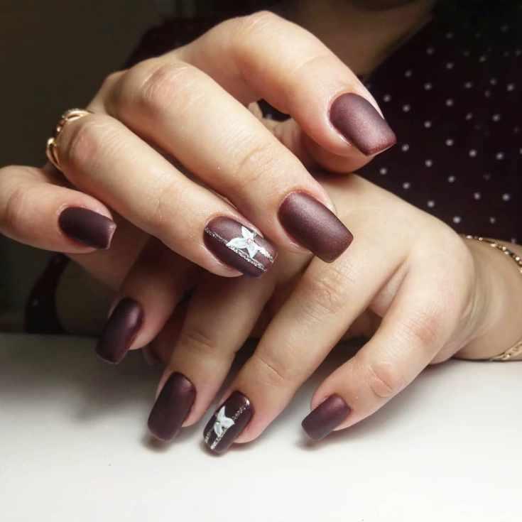 Матовый коричневый маникюр на квадратные ногти средней длины с серебристыми вертикальными полосками и белыми цветами