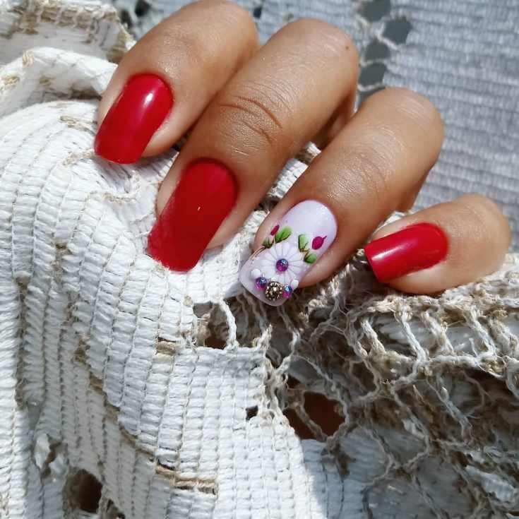 Красный квадратный маникюр на длинные ногти с цветочным рисунком на белом безымянном ногте со стразами