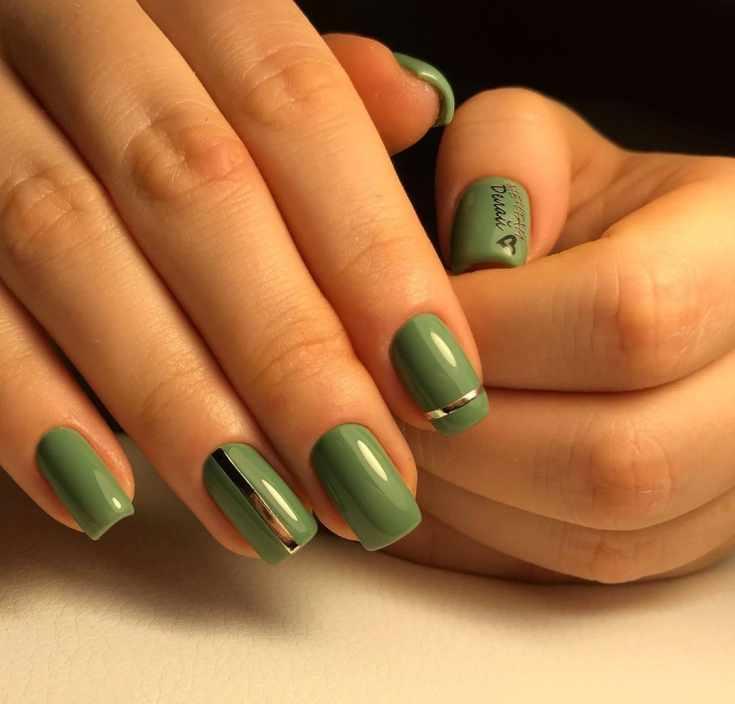 Зелёный дизайн ногтей квадрат с серебристыми лентами и надписями с сердцем