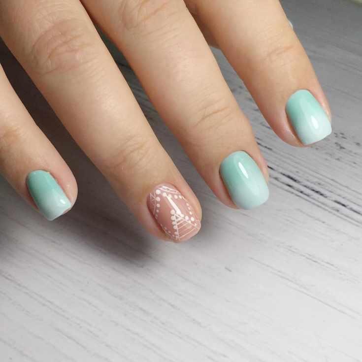 Мятный с белым маникюр градиент на короткие квадратные ногти с белым геометрическим рисунком на бежевом покрытии безымянного пальца