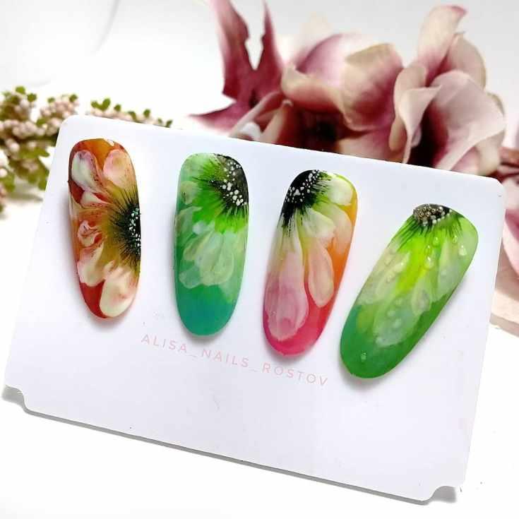 Зелёный маникюр с цветами
