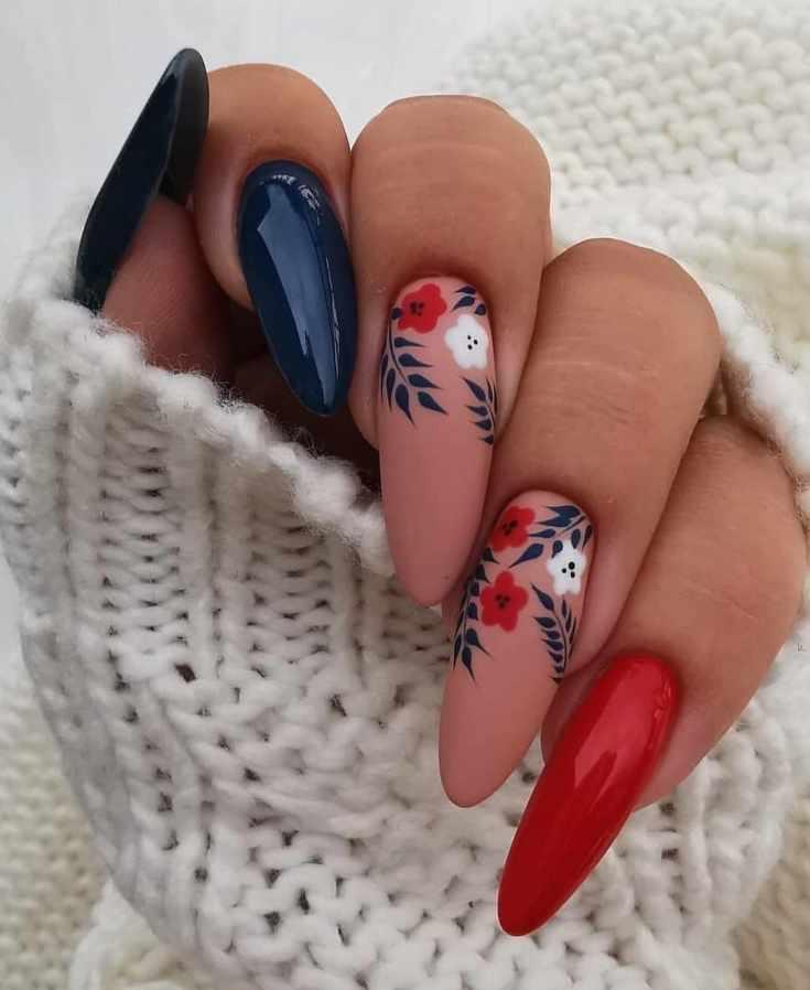 Нюдовый и глянцевый трехцветный маникюр на очень длинные миндалевидные ногти с цветочными рисунками на матовом покрытии