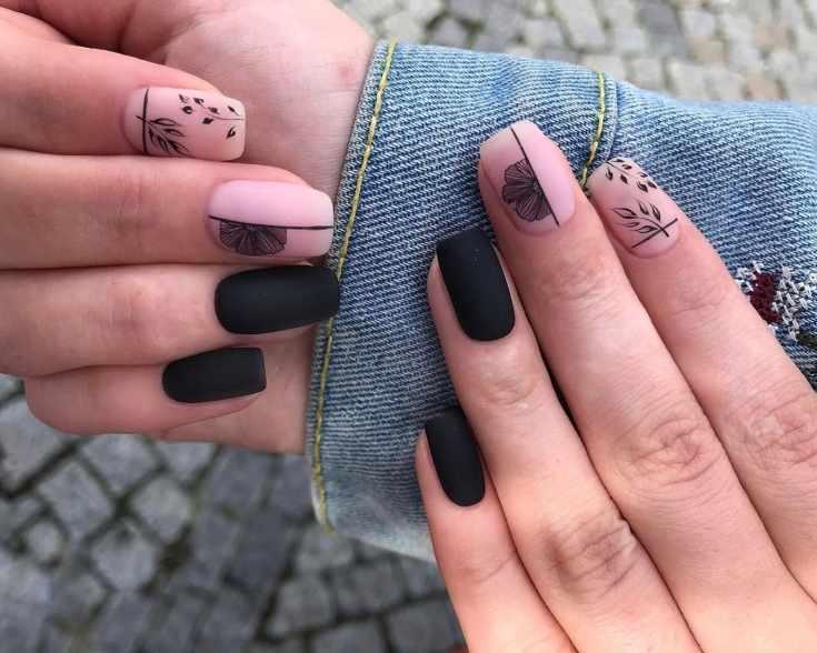 Матовый чёрный квадратный маникюр на средние ногти с черными рисунками растений на нюдовом