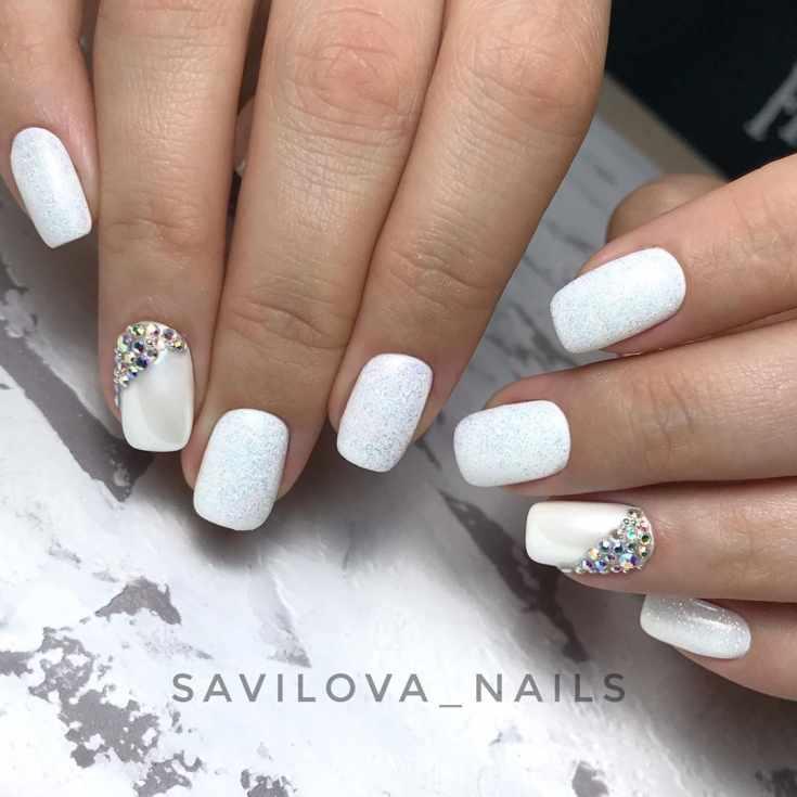 Блестящий однотонный белый перламутровый свадебный маникюр короткий квадрат со стразами на безымянном пальце