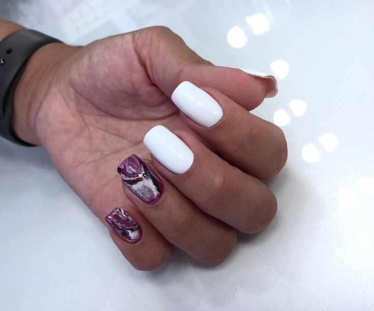 Белый квадратный маникюр с разноцветным водным дизайном на двух ногтях