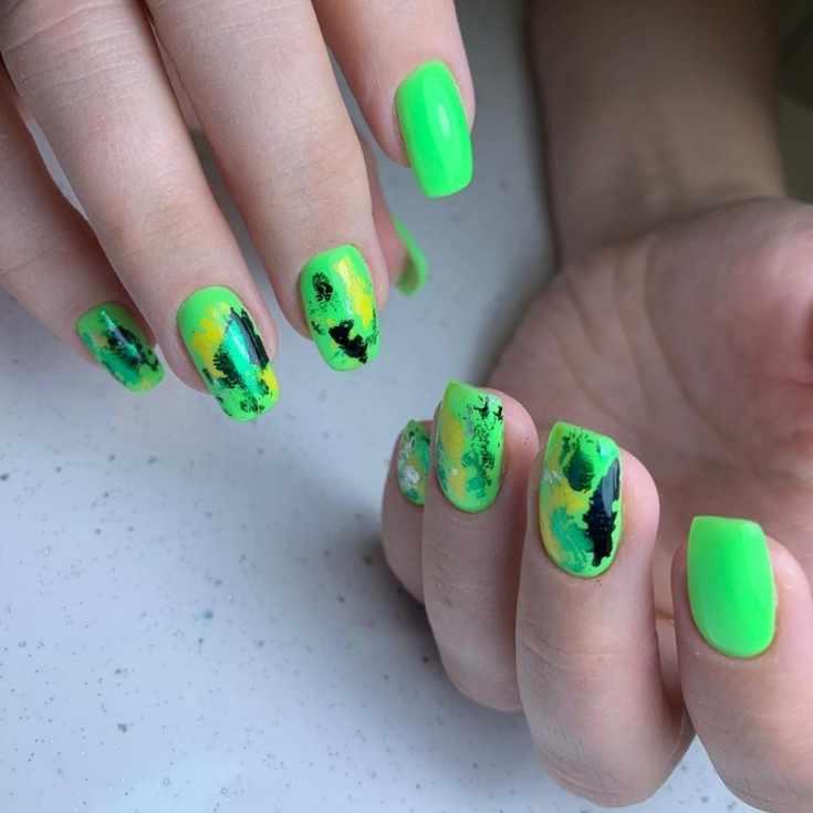Неоновый зелёный маникюр