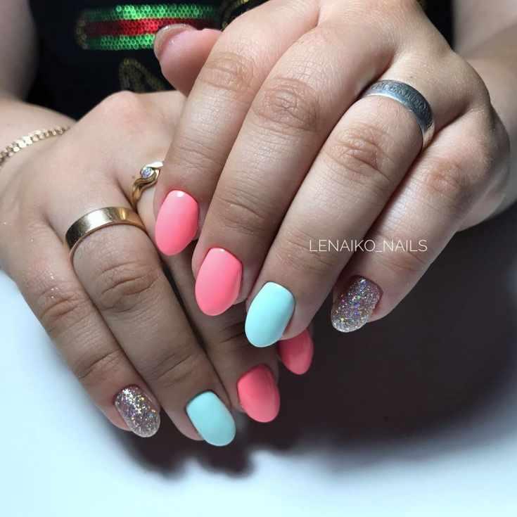 Розовый с мятным маникюр на короткие овальные ногти с серебристыми блестками на мизинцах
