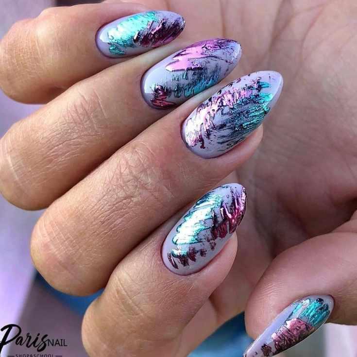 Сиреневый маникюр на миндальные средние ногти со штрихами изумрудным и розовым зеркальным гель-лаком