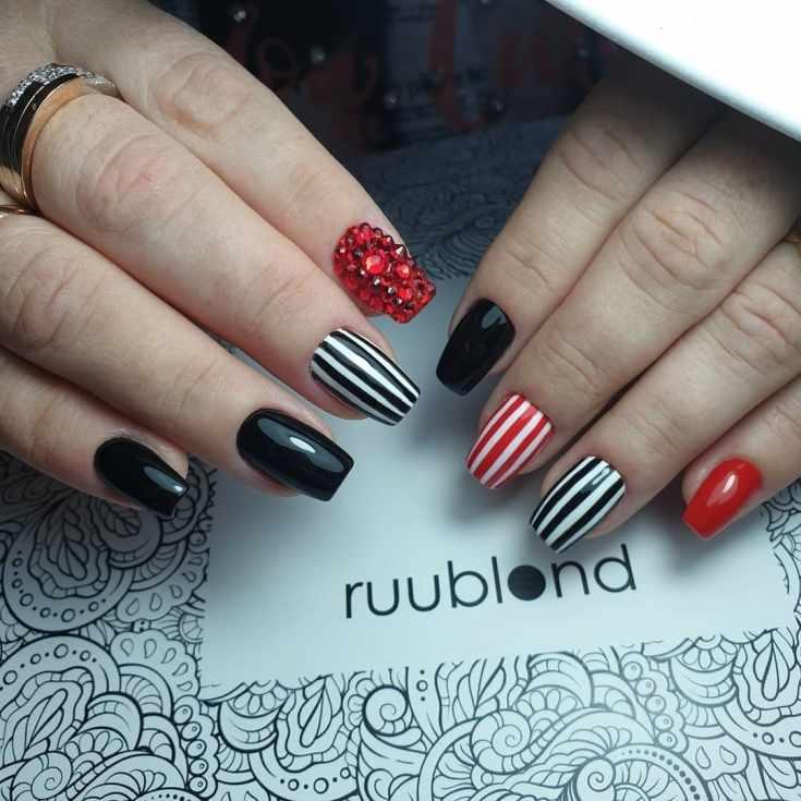 Черный с белым и красным маникюр квадрат в вертикальную полоску с крупными красными стразами на указательном пальце