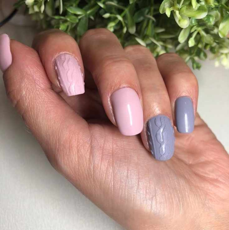 Розовый с серым свитерный осенний маникюр на короткие квадратные ногти с пудрой