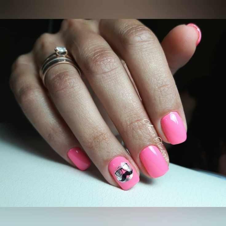 Розовый короткий маникюр