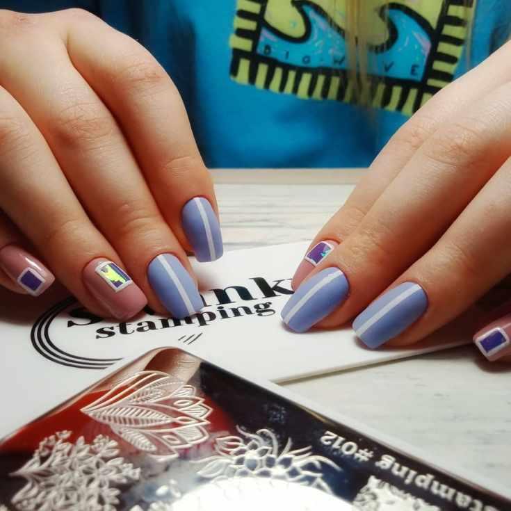 Сиреневый с бежевым маникюр на средние квадратные ногти с вертикальными белыми полосками и квадратами с битым стеклом