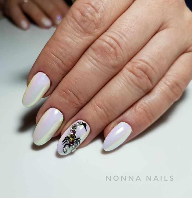 Маникюр со скорпионами на ногтях