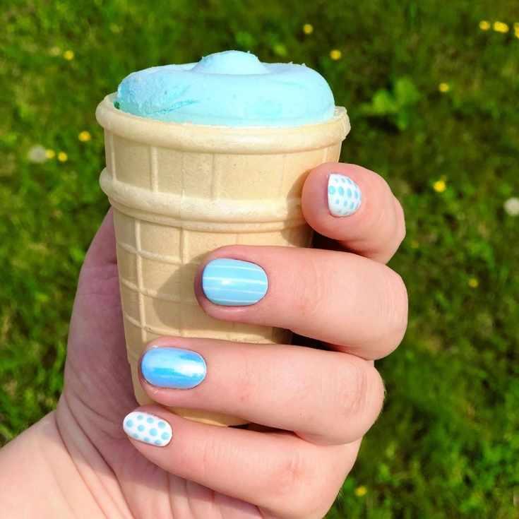 Голубой летний маникюр
