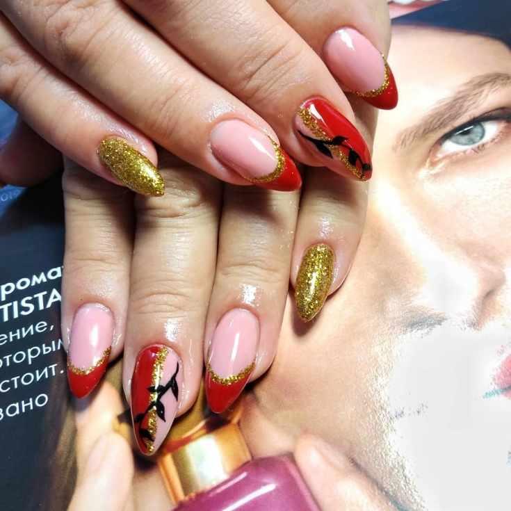 Красный с золотым осенний маникюр френч на острые ногти с черной лианой на двух ногтях