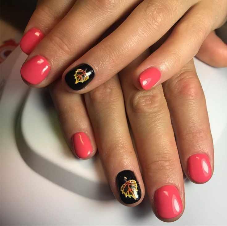Розовый короткий овальный маникюр с чёрными безымянными ногтями с осенними листочками