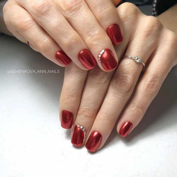 Красный зеркальный маникюр с втиркой на короткие квадратные ногти со стразами на среднем пальце