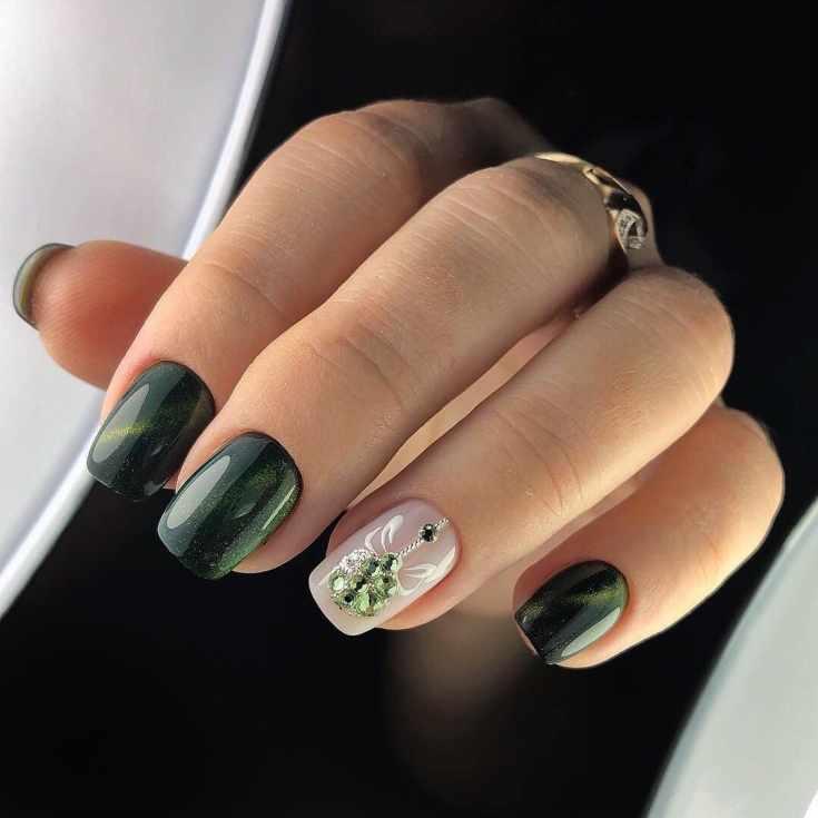 Нюдовый с зеленым маникюр кошачий глаз на квадратные короткие ногти с новогодней игрушкой из страз на безымянном пальце