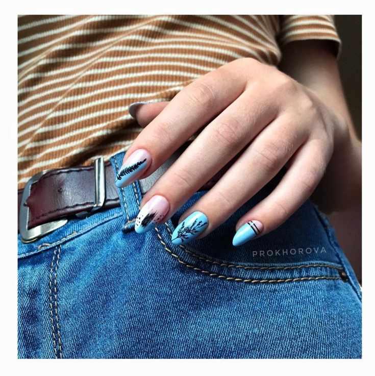 Голубой миндальный маникюр