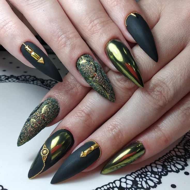 Черный матовый с золотым зеркальным маникюр на длинные острые ногти со стразами и песочным дизайном