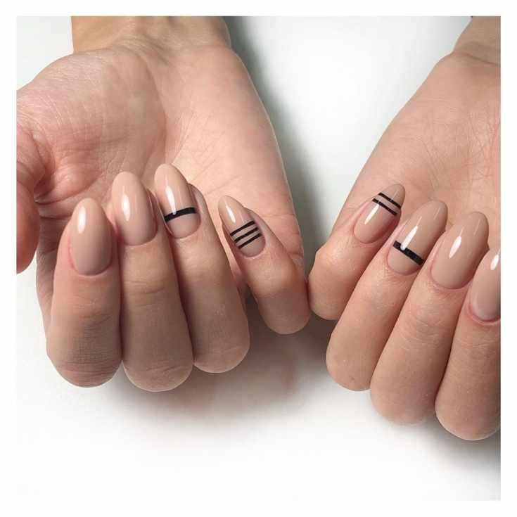 Однотонный бежевый маникюр на средние миндальные ногти с горизонтальными черными полосками