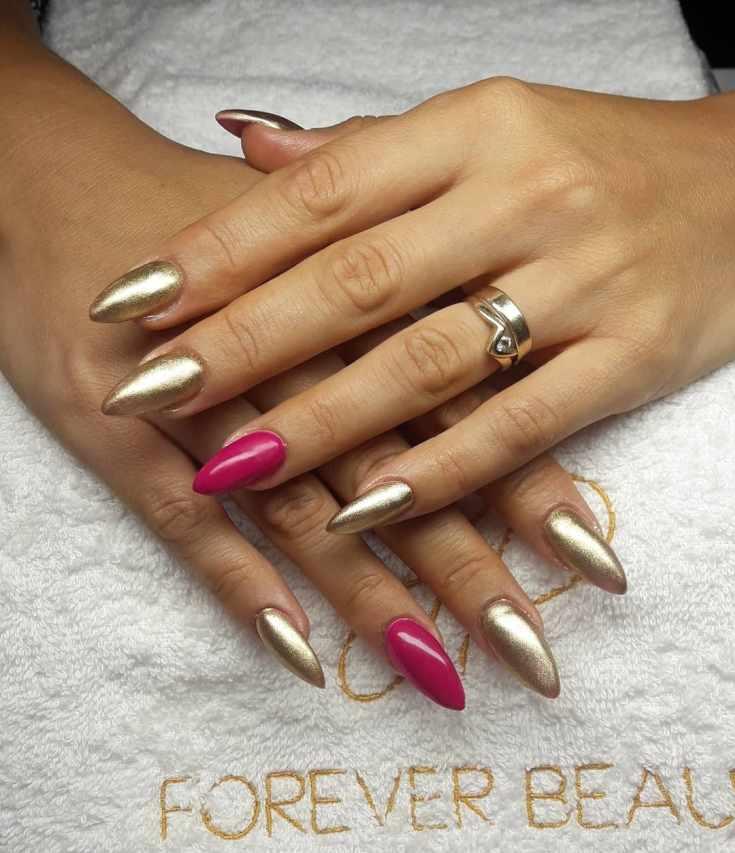 Золотой маникюр на длинные острые ногти с розовым покрытием на безымянных пальцах